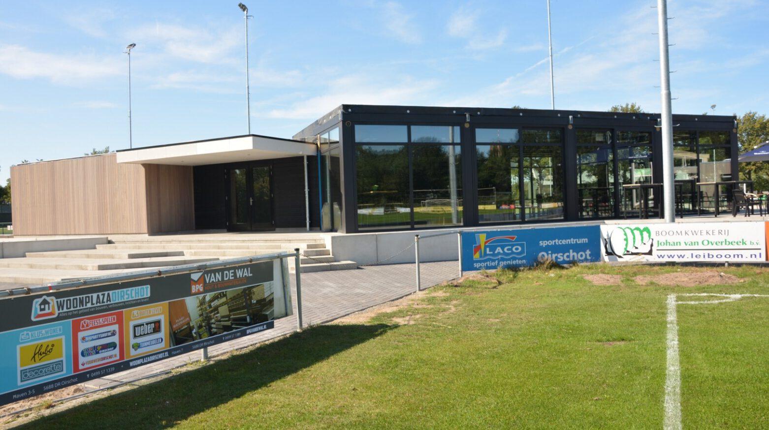 Voetbalpaviljoen Oirschot Vooruit buitenaanzicht met veld