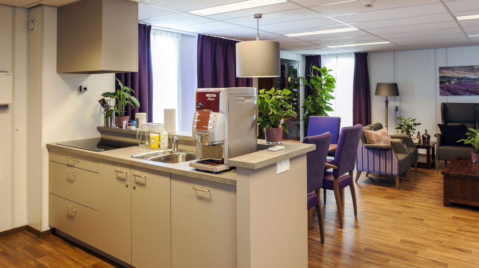Tantelouise vivensis ontspanningsruimte met keukenopstelling